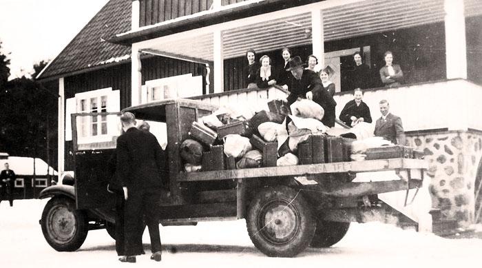 Lastning av ungdomars packning på EFS-gården i Åsljunga